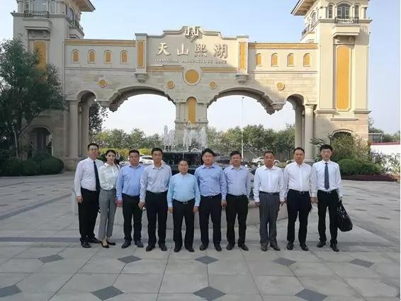 天山集团董事局主席吴振山到各地项目巡视